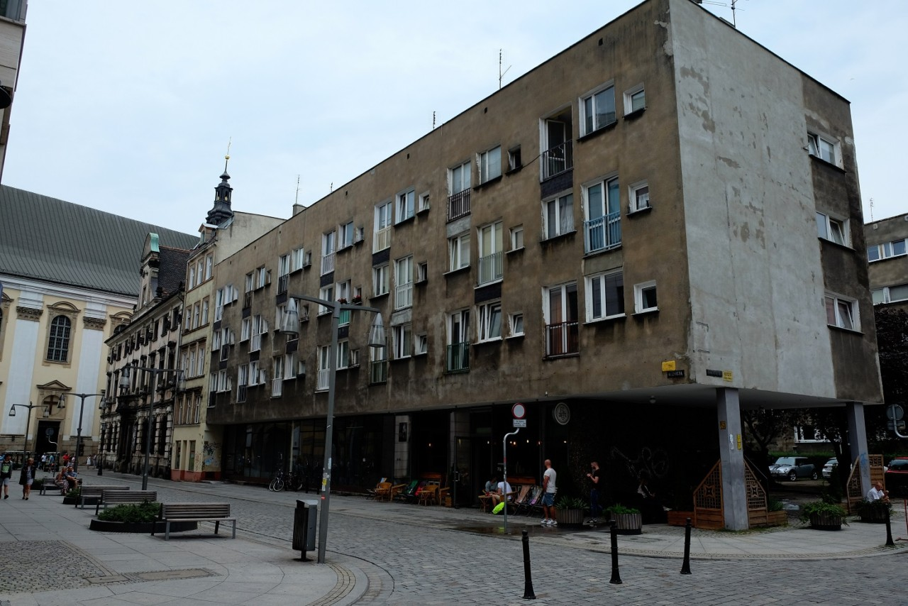 Breslau Zentrum - sehr alt und alt nebeneinander. Unten drin die hippe Studentenbar