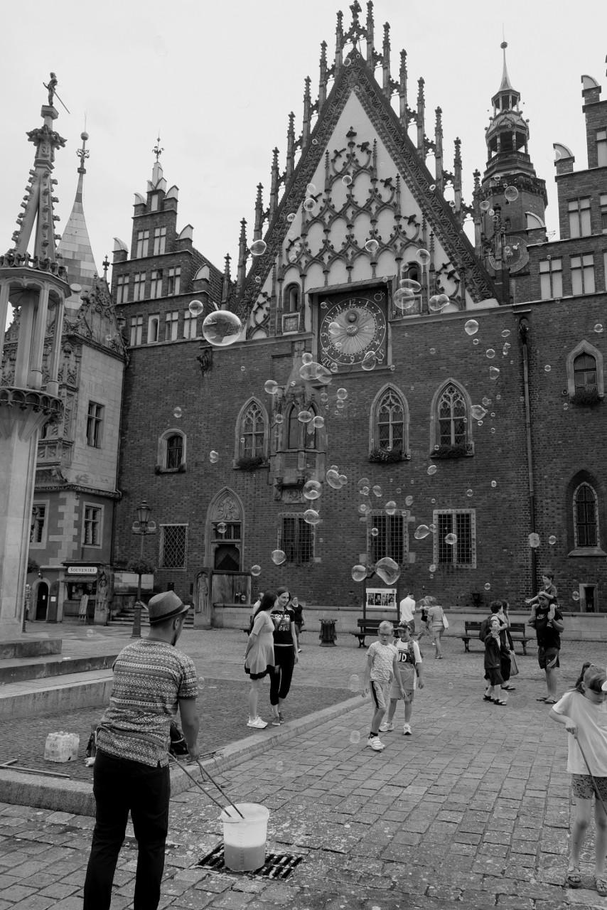 Breslau - Bespaßung für alle am Rynok (der Seifeblasenmann sammelt für eine Weltreise)
